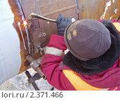 Купить «Газосварщик режет трубу», эксклюзивное фото № 2371466, снято 31 января 2010 г. (c) Алёшина Оксана / Фотобанк Лори