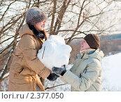 Купить «Счастливая пара.Весёлые  Парень с девушкой поднимают огромный снежный ком», эксклюзивное фото № 2377050, снято 20 февраля 2011 г. (c) Игорь Низов / Фотобанк Лори