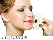 Красивая девушка с белой герберой. Стоковое фото, фотограф Сергей Коршенюк / Фотобанк Лори