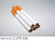 Несколько сигарет на сером фоне. Стоковое фото, фотограф Стасис Иогминас / Фотобанк Лори