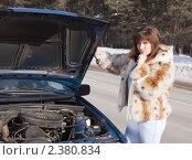 Девушка старается починить машину. Стоковое фото, фотограф Яков Филимонов / Фотобанк Лори