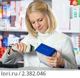Купить «Фармацевт сканирует товар», фото № 2382046, снято 21 февраля 2011 г. (c) Олег Шеломенцев / Фотобанк Лори
