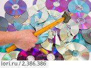 Рука разбивает молотком CD диски. Стоковое фото, фотограф Константин Примачук / Фотобанк Лори