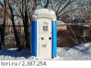 Купить «Туалетная кабинка на Воробьевых горах, Москва», эксклюзивное фото № 2387254, снято 31 января 2011 г. (c) lana1501 / Фотобанк Лори