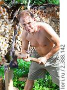 Купить «Мужчина с колуном заготавливает дрова, чтобы отапливать дачу», эксклюзивное фото № 2388142, снято 24 июля 2010 г. (c) Куликов Константин / Фотобанк Лори