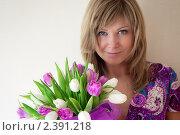 Купить «Девушка с букетом тюльпанов», фото № 2391218, снято 8 марта 2011 г. (c) Блинова Ольга / Фотобанк Лори