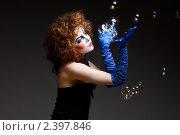 Купить «Женщина-мим с мыльными пузырями», фото № 2397846, снято 25 апреля 2019 г. (c) Игорь Бородин / Фотобанк Лори