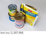 Купить «Консервы и пакетики с супом на столе», фото № 2397906, снято 11 марта 2011 г. (c) Куликова Татьяна / Фотобанк Лори
