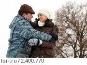 Купить «Счастливая семья. Женщина и мужчина, обнявшись, смотрят друг на друга с любовью», эксклюзивное фото № 2400770, снято 9 января 2010 г. (c) Игорь Низов / Фотобанк Лори