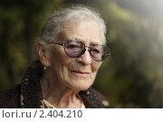 Купить «Портрет пожилой  женщины на открытом воздухе», фото № 2404210, снято 21 ноября 2009 г. (c) Константин Сутягин / Фотобанк Лори