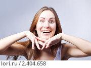 Привлекательная девушка на сером фоне. Стоковое фото, фотограф Юлия Колтырина / Фотобанк Лори