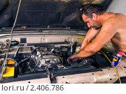 Купить «Мужчина, перепачканный в машинном масле, чинит машину», эксклюзивное фото № 2406786, снято 5 марта 2011 г. (c) Ирина Кожемякина / Фотобанк Лори