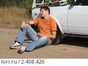 Мужчина сидит у автомобиля с открытым капотом. Стоковое фото, фотограф Олег Юрмашев / Фотобанк Лори