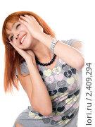 Купить «Счастливая рыжеволосая девушка позирует на белом фоне», фото № 2409294, снято 30 сентября 2009 г. (c) Сергей Сухоруков / Фотобанк Лори