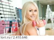 Купить «Спортивная девушка в тренажерном зале», фото № 2410646, снято 27 февраля 2011 г. (c) Алексей Многосмыслов / Фотобанк Лори