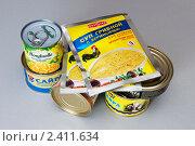 Купить «Консервы и пакетики с супом на столе», фото № 2411634, снято 11 марта 2011 г. (c) Куликова Татьяна / Фотобанк Лори