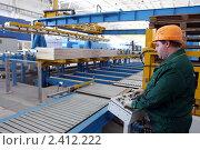 Оператор стоит за пультом на заводе (2011 год). Редакционное фото, фотограф Виктор Филиппович Погонцев / Фотобанк Лори