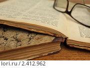 Очки, лежащие на старых книгах. Стоковое фото, фотограф Марина Антонова / Фотобанк Лори