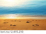 Следы на песке вдоль кромки моря. Стоковое фото, фотограф Михаил Коханчиков / Фотобанк Лори