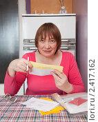 Купить «Пожилая женщина со счетами за коммунальные услуги», фото № 2417162, снято 19 февраля 2011 г. (c) Яков Филимонов / Фотобанк Лори