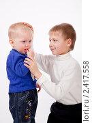 Купить «Старший брат утешает младшего», фото № 2417558, снято 4 января 2011 г. (c) Ермилова Арина / Фотобанк Лори