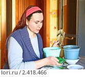 Купить «Женщина сеет семена цветов в цветочный горшок», эксклюзивное фото № 2418466, снято 16 марта 2011 г. (c) Олеся Сарычева / Фотобанк Лори