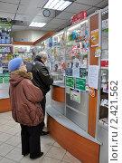 Купить «Пожилые мужчина и женщина покупают лекарства в аптеке», эксклюзивное фото № 2421562, снято 21 марта 2011 г. (c) Володина Ольга / Фотобанк Лори