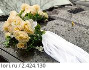 Купить «Свадебный букет на мокром капоте автомобиля», фото № 2424130, снято 15 октября 2010 г. (c) Gabidullin Oleg / Фотобанк Лори