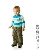 Купить «Мальчик  стоит на белом фоне», фото № 2425638, снято 23 апреля 2009 г. (c) Ольга Сапегина / Фотобанк Лори