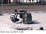 Рабочий сидит у сломанного устройства. Стоковое фото, фотограф Матвеев Артём / Фотобанк Лори