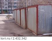 Купить «Гаражи-ракушки во дворе жилого дома в Москве. Отрадное», фото № 2432342, снято 25 марта 2011 г. (c) Павел Кричевцов / Фотобанк Лори