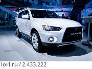 Купить «Белый кроссовер Mitsubishi Outlander XL», фото № 2433222, снято 25 августа 2010 г. (c) Александр Косарев / Фотобанк Лори