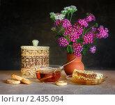 Натюрморт с медом, букетом и чашкой чая. Стоковое фото, фотограф Кравченко Юлия / Фотобанк Лори
