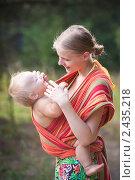 Купить «Молодая мама с ребенком в слинге», фото № 2435218, снято 30 июля 2010 г. (c) Бурков Андрей / Фотобанк Лори