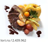Купить «Мясо гриль с фруктами», фото № 2439962, снято 31 марта 2011 г. (c) Александр Черемнов / Фотобанк Лори