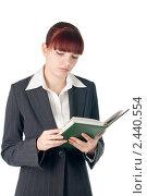 Молодая девушка в деловом костюме с ежедневником в руках. Стоковое фото, фотограф Виктория Кононова / Фотобанк Лори