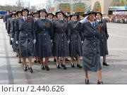 Отряд женщин-милиционеров марширует на параде 9 мая 2010 года в Ханты-Мансийске. Редакционное фото, фотограф Александр Овчаров / Фотобанк Лори