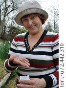 Купить «Женщина показывает семена петрушки на ладони», эксклюзивное фото № 2442310, снято 2 апреля 2011 г. (c) Анна Мартынова / Фотобанк Лори
