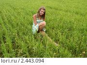 Купить «Девочка сидит на зелёном поле», фото № 2443094, снято 26 июня 2010 г. (c) Павел Кричевцов / Фотобанк Лори