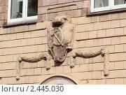Купить «Серп и молот на стене дома», фото № 2445030, снято 3 апреля 2011 г. (c) Косоуров Юрий / Фотобанк Лори