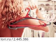 Купить «Обнаженная женщина с вешалками без одежды в правой руке на шопинге в магазине или в химчистке», фото № 2445386, снято 29 марта 2020 г. (c) AlphaBravo / Фотобанк Лори