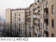 Купить «Сталинский дом на Краснохолмской набережной, вид во двор», фото № 2445422, снято 3 апреля 2011 г. (c) Андрей Ерофеев / Фотобанк Лори
