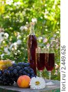 Натюрморт с вином и фруктами. Стоковое фото, фотограф LenaLeonovich / Фотобанк Лори