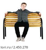 Купить «Расслабленный мальчик сидит на лавочке», фото № 2450278, снято 23 ноября 2017 г. (c) Oleg Ivanenko / Фотобанк Лори