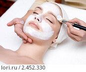 Купить «Косметолог делает маску на лицо молодой женщины», фото № 2452330, снято 25 марта 2011 г. (c) Валуа Виталий / Фотобанк Лори