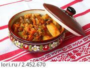 Купить «Картошка, тушенная с морковью, луком и грибами в горшочке», фото № 2452670, снято 29 марта 2011 г. (c) Олеся Сарычева / Фотобанк Лори