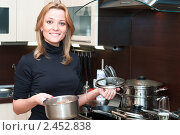 Купить «Женщина готовит еду на кухне», фото № 2452838, снято 2 апреля 2011 г. (c) Кекяляйнен Андрей / Фотобанк Лори