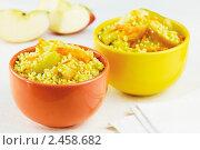 Две чашки пшенной каши с морковью и яблоками. Стоковое фото, фотограф Александр Курлович / Фотобанк Лори