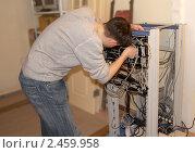 Инженер ремонтирует сетевые кабели. Стоковое фото, фотограф Наталья Иванова / Фотобанк Лори