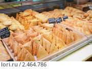 Купить «Булочки на рыночном прилавке», фото № 2464786, снято 24 марта 2011 г. (c) Федор Кондратенко / Фотобанк Лори